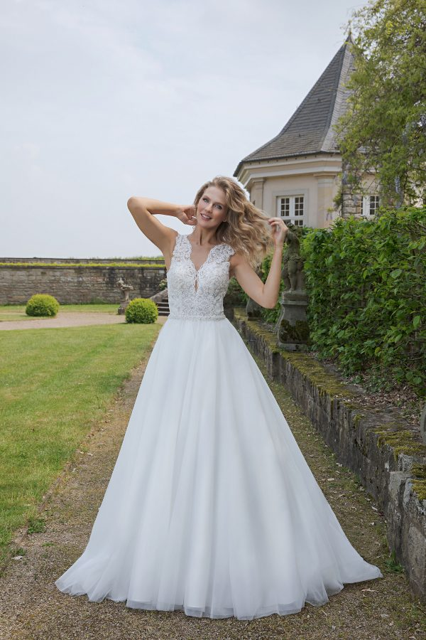 Amera Vera Kollektion 2020 Ivory Brautkleid Adelina B2001 2 Bei Avorio Vestito BrideStore And More Brautmode In Berlin Eiche