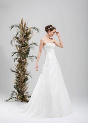 Brautmode In Berlin Eglantine 2020 Ivory Brautkleid EG C20 SATURNE 7138 Bei Avorio Vestito BrideStore And More Hochzeitsmode In Berlin Eiche