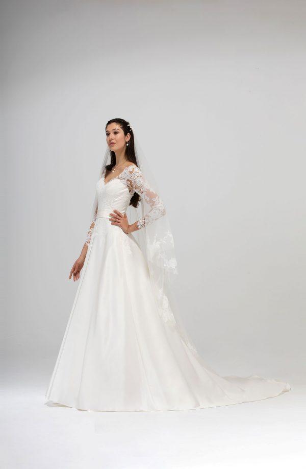 Brautmode In Berlin Eglantine 2020 Ivory Brautkleid EG C20 SUEDE 1832 Bei Avorio Vestito BrideStore And More Hochzeitsmode In Berlin Eiche