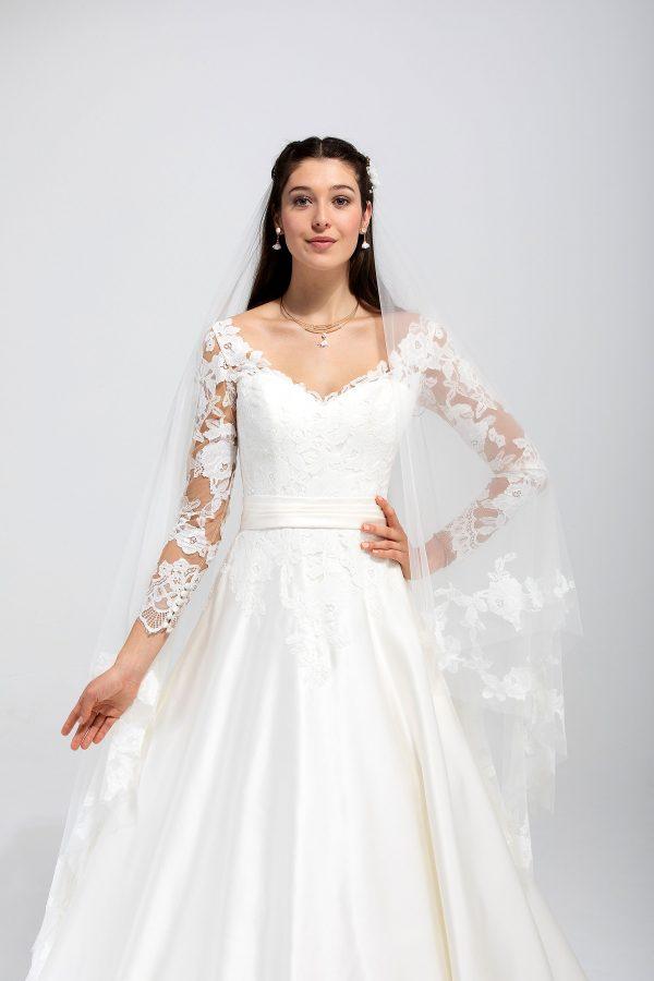Brautmode In Berlin Eglantine 2020 Ivory Brautkleid EG C20 SUEDE 1843 Bei Avorio Vestito BrideStore And More Hochzeitsmode In Berlin Eiche