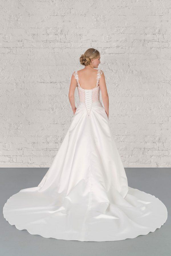 Hochzeitsmode in Berlin Fuchs 2020 ivory Brautkleid D 03334 2 bei Avorio Vestito BrideStore and more Hochzeitsmode in Berlin Eiche