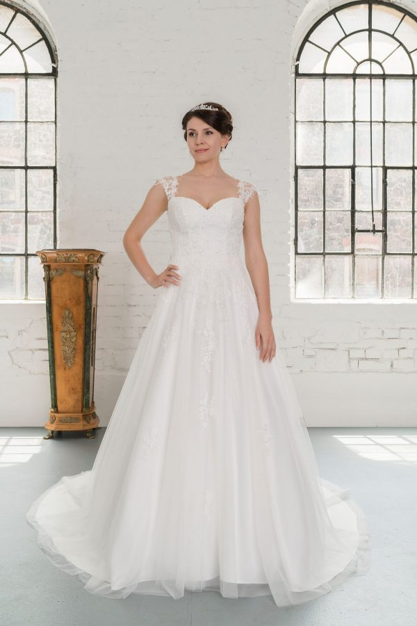 Hochzeitsmode in Berlin Fuchs 2020 ivory Brautkleid D 03336 1 bei Avorio Vestito BrideStore and more Hochzeitsmode in Berlin Eiche