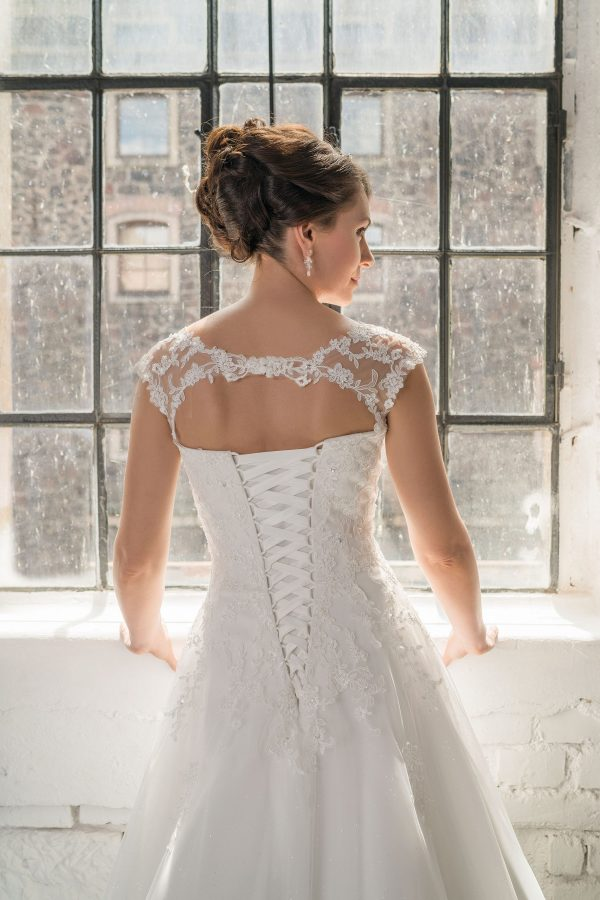 Hochzeitsmode in Berlin Fuchs 2020 ivory Brautkleid D 03336 2 bei Avorio Vestito BrideStore and more Hochzeitsmode in Berlin Eiche