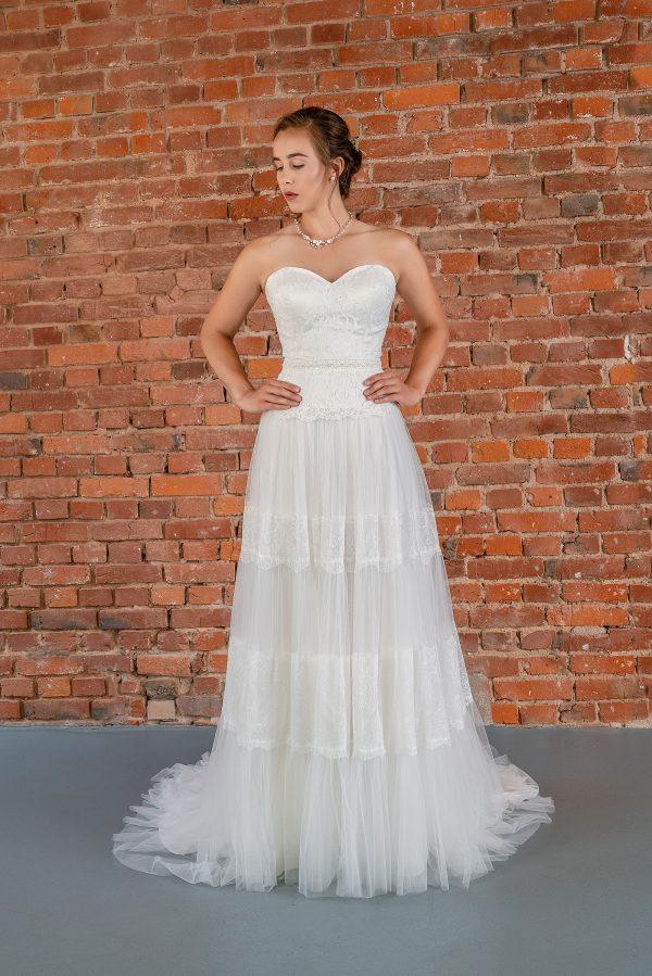 Hochzeitsmode in Berlin Fuchs 2020 ivory Brautkleid D 03337 1 bei Avorio Vestito BrideStore and more Hochzeitsmode in Berlin Eiche