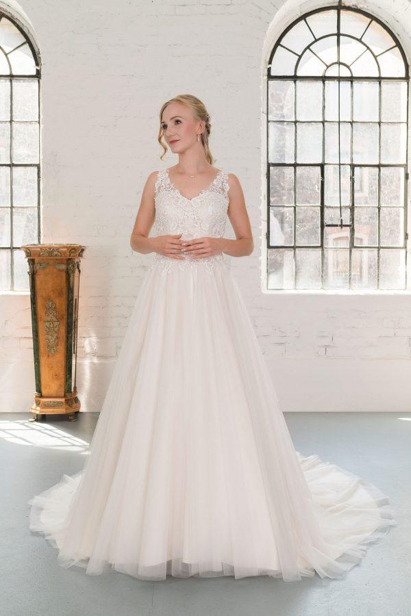 Hochzeitsmode in Berlin Fuchs 2020 ivory Brautkleid D 03347 1 bei Avorio Vestito BrideStore and more Hochzeitsmode in Berlin Eiche