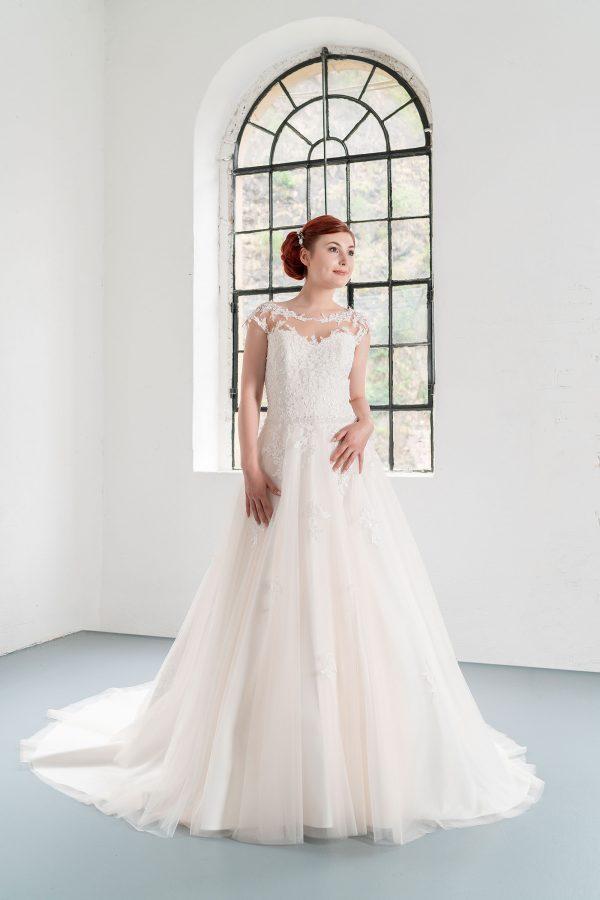 Hochzeitsmode in Berlin Fuchs 2020 ivory Brautkleid D 03349 1 bei Avorio Vestito BrideStore and more Hochzeitsmode in Berlin Eiche