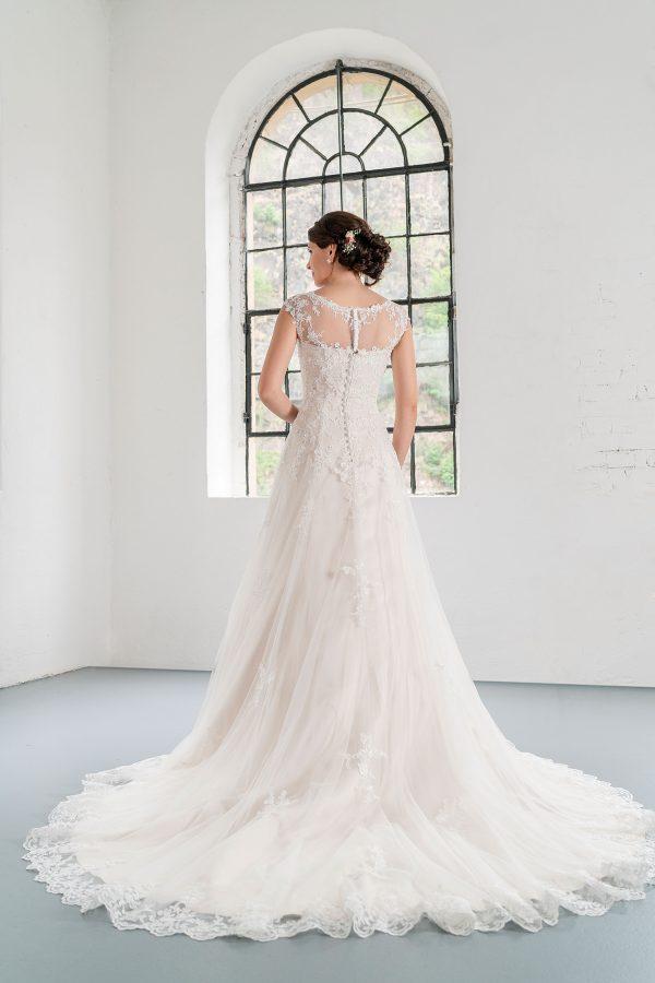 Hochzeitsmode in Berlin Fuchs 2020 ivory Brautkleid D 03351 2 bei Avorio Vestito BrideStore and more Hochzeitsmode in Berlin Eiche